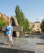 Yerevan monumento a Alexander Tamanian al pie de la Cascada